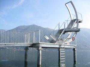 Eliminazione vecchio trampolino del Lido Patriziale di Ascona, infissione nel fondale di 4 pali in acciaio diam. 30 cm x 10 m, assemblaggio e installazione nuovo trampolino, Ascona, Lago Maggiore