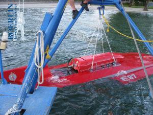 """Heraufholen aus einer Tiefe von 55 Metern eines Oldtimer- Rennboots, das während einer """"Classic Racers Show"""" gesunken war"""