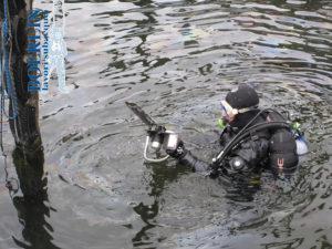 Unterwasserschneiden mit Sauerstofflanzen und Unterwassermotorsägen