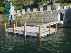 Aufstellung und Verankerung eines Bootssteg in Cannero (I).