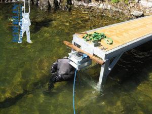Konstruktion eines massgeschneiderten Landungsstegs und einer massgeschneiderten Landungsbrücke mit Schwimmern aus verzinktem Stahl.