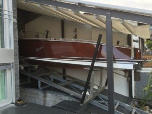 Konstruktion einer Rampe mit Slipbahnen für Boote.